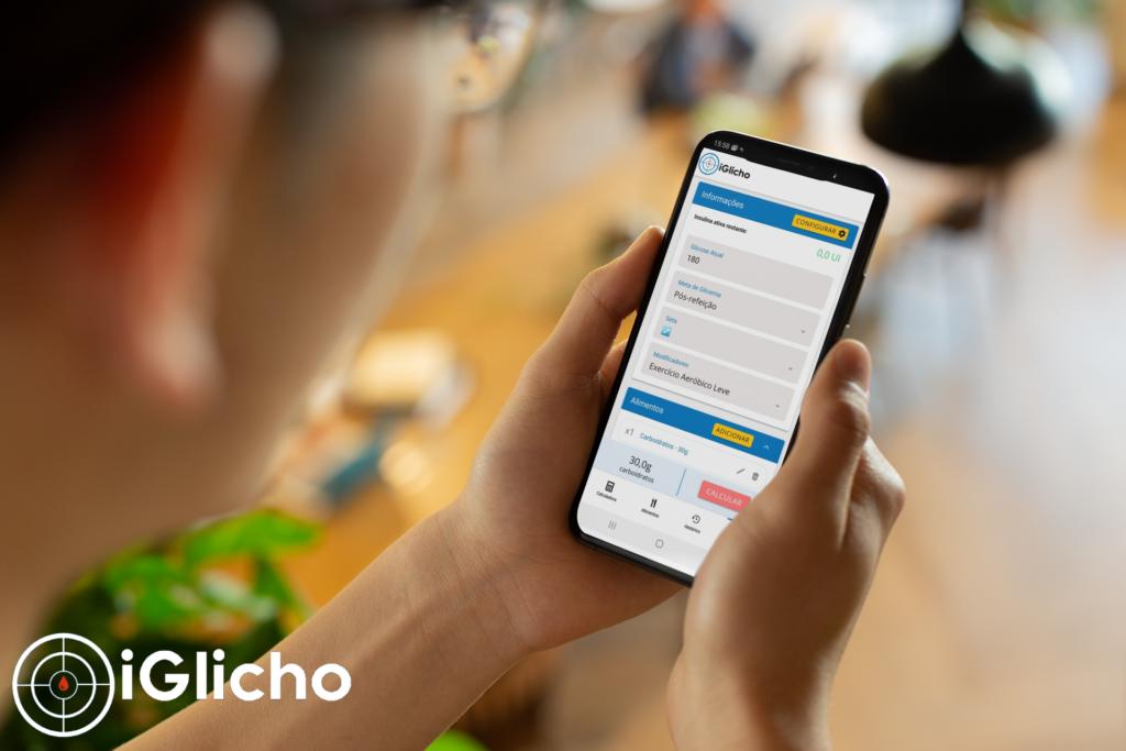 mulher segurando celular com aplicativo iGlicho